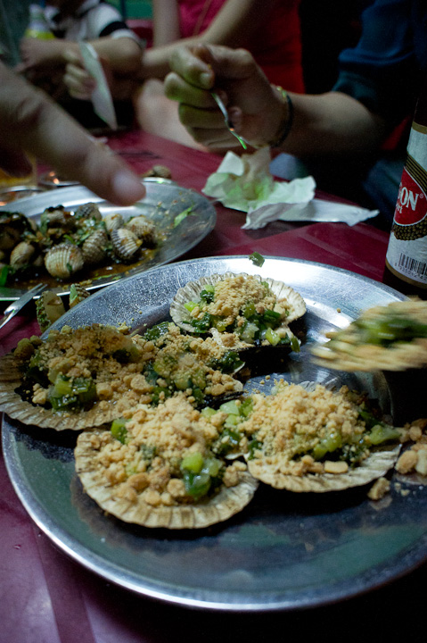 Grilled scallop with peanuts topping